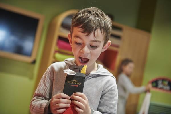 Un enfant mangeant du chocolat Valrhona