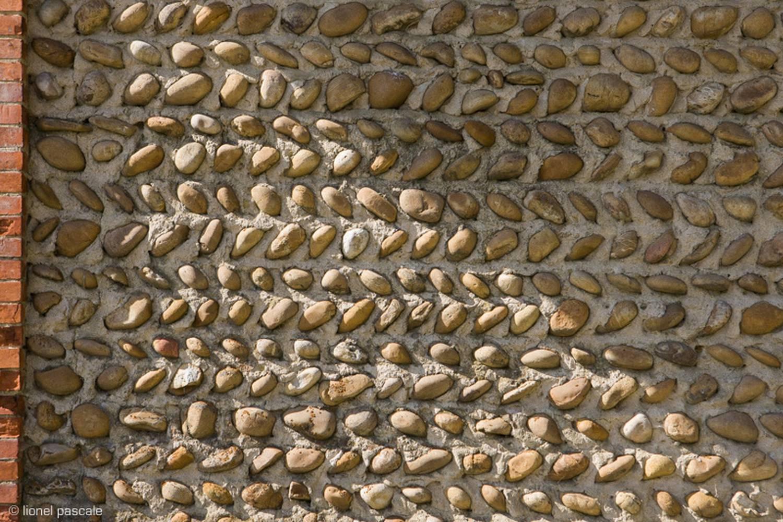 des murs de galets dits «en arête de poisson»