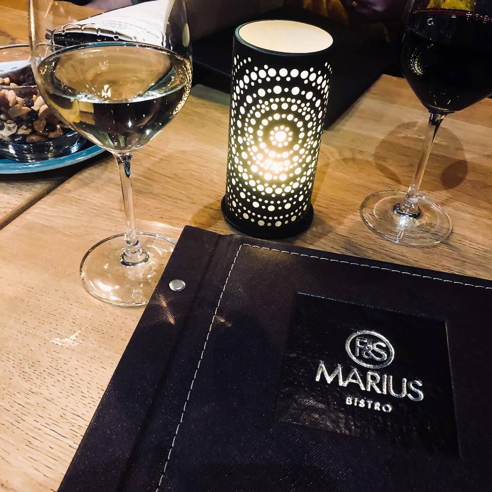 Verre de vin avec le livre des vins