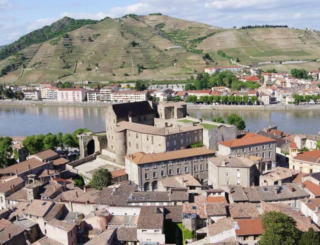 Où stationner en camping-car à Tournon sur Rhône et alentours?