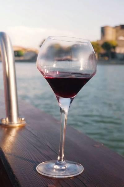 Verre de vin à bord du bateau sur le rhône